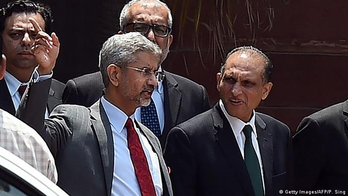 Indian Foreign Secretary S. Jaishankar (L) gestures while talking with Pakistan Foreign Secretary Aizaz Ahmad Chaudhry (C)