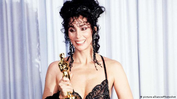 USA Hollywood Cher mit Oscar (picture-alliance/Photoshot)