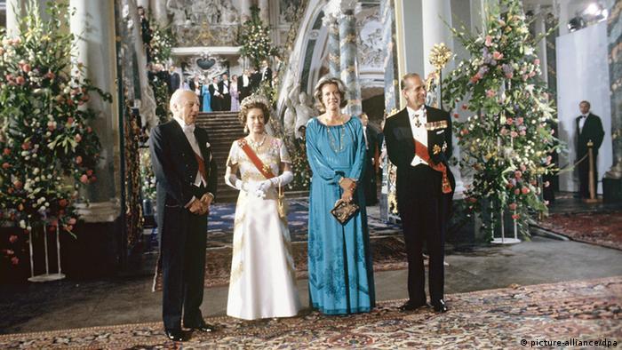Елизавета Вторая в замке Аугстусбург с принцем Филипом, федеральным президентом Вальтером Шеелем (Walter Scheel) и его супругой
