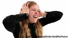 Laermbelaestigung, Frau haelt sich die Ohren zu und schreit | noise pollution, woman holding her hands on her ears, screaming (c) picture-alliance/blickwinkel/McPhotos