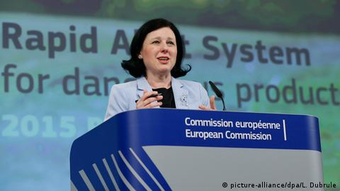 Věra Jourová, Commissioner for Justice, Consumers and Gender Equality stands at a podium. (picture-alliance/dpa/L. Dubrule)