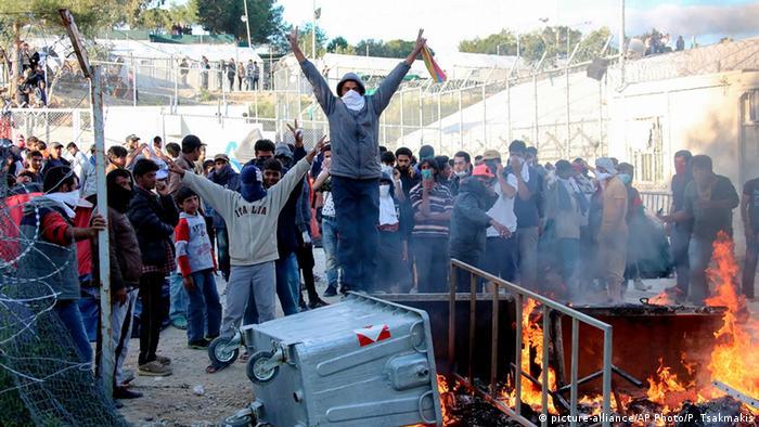 Enfrentamientos entre la policía y refugiados en el centro de detención de inmigrantes de Moria.