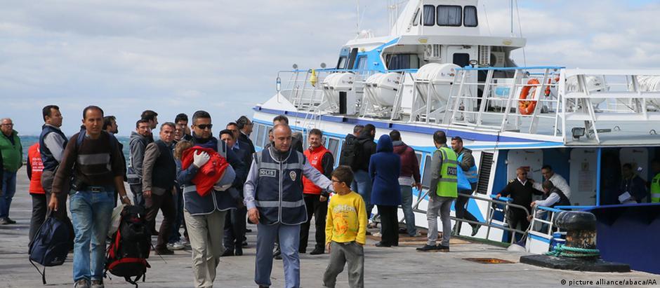 Refugiados deportados da ilha grega de Lesbos chegam à Turquia numa balsa