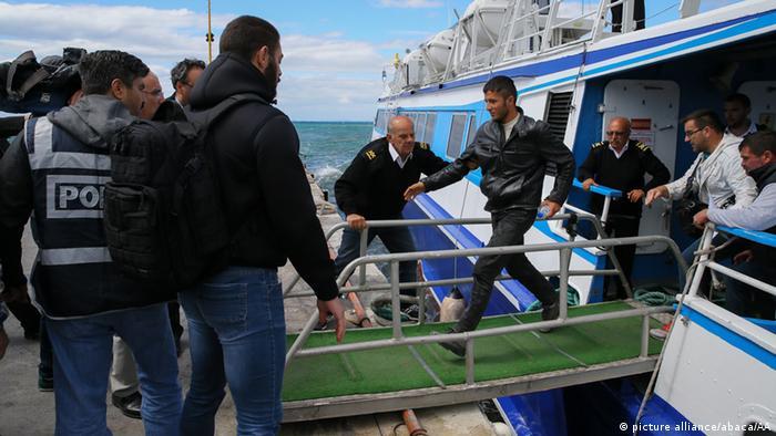 Турция принимает беженцев из Греции: мужчина бежит по трапу с корабля