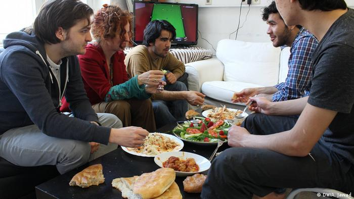 Deutschland Afghanische Flüchtlinge kochen in Bonn
