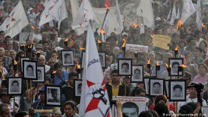 Mexiko City Gedenkmarsch für die 43 vermissten Studennten