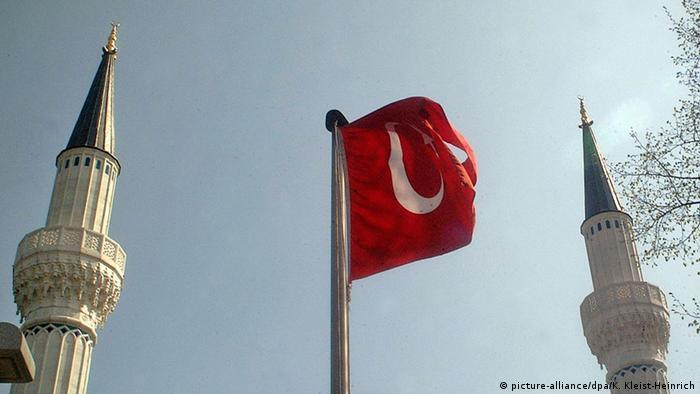 Die türkische Fahne zwischen zwei Minaretten (Foto: dpa)