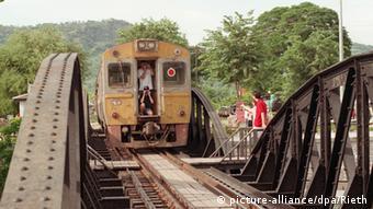Thailand Eisenbahn überquert Brücke über den Kwai Noi