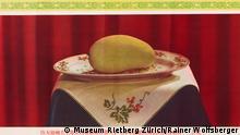 ***ACHTUNG: Verwendung nur zur mit den Rechteinhabern abgesprochenen Berichterstattung im Zusammenhang mit der Ausstellung des Museums Rietberg.*** Plakat mit einer Mango auf einem Präsentierteller, Copyright: Museum Rietberg Zürich/Rainer Wolfsberger