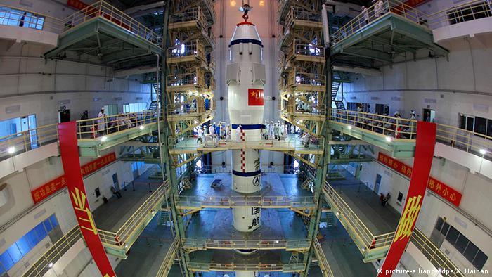 China Shenzhou 9 Raumfahrzeug wird auf Trägerrakete installiert