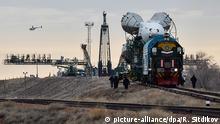 Kasachstan Baikonur Kosmodrom Transport Rakete zur Startrampe (picture-alliance/dpa/R. Sitdikov)