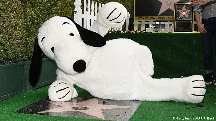 Snoopy liegt vor seinem Stern auf dem Walk of Fame in Hollywood.