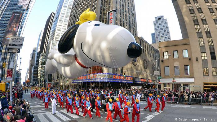 Snoopy und Woodstock als mit Gas gefüllte Ballons bei der Thanksgiving Parade 2013. Foto: Getty Images/N. Barnard