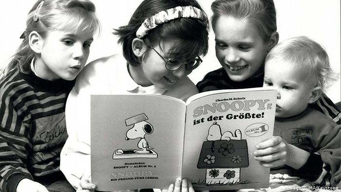 Young children reading a Snoopy comic Copyright: imago/ZUMA/Keystone