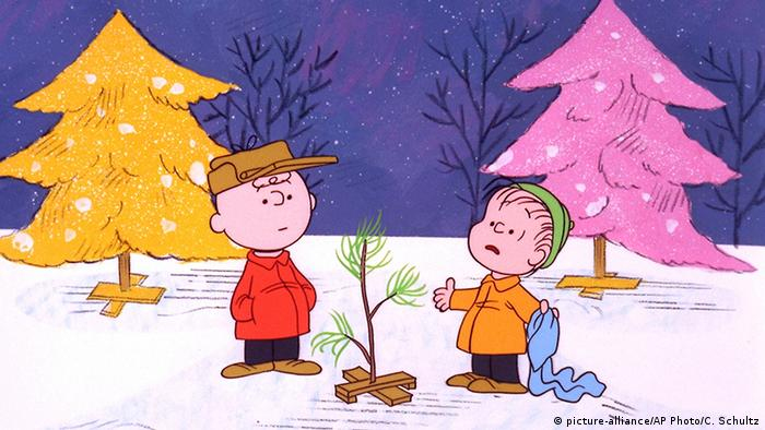 Charlie Brown and Linus standing before their small Christmas tree Copyright: picture-alliance/AP Photo/C. Schultz
