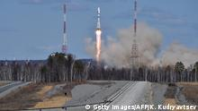 28.04.2016 *** A Russian Soyuz 2.1a rocket carrying Lomonosov, Aist-2D and SamSat-218 satellites lifts off from the launch pad at the new Vostochny cosmodrome outside the city of Uglegorsk, about 200 kms from the city of Blagoveshchensk in the far eastern Amur region on April 28, 2016. / AFP / POOL / KIRILL KUDRYAVTSEV (Photo credit should read KIRILL KUDRYAVTSEV/AFP/Getty Images) (c) Getty Images/AFP/K. Kudryavtsev