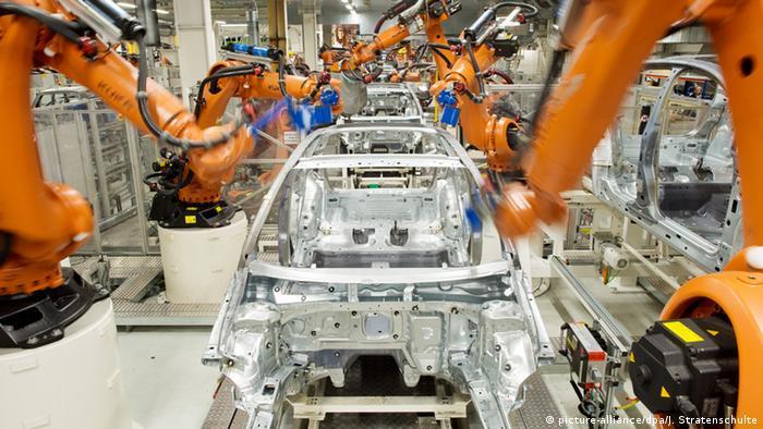 Промышленные роботы Kuka на конвейере завода Volkswagen в Вольфсбурге