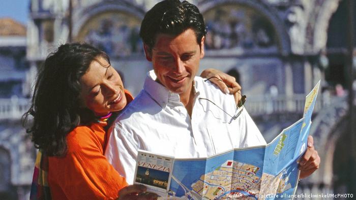 Italien Verliebtes Paar in Venedig am Markusplatz (picture alliance/blickwinkel/McPHOTO)