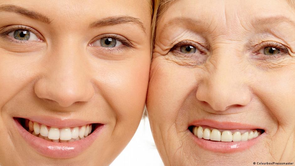 Mulher jovem ao lado de mulher mais velha