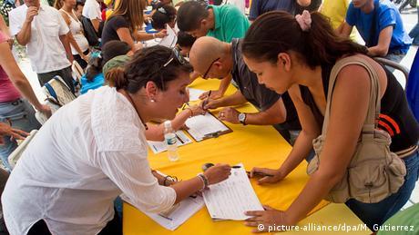 Venezuela Caracas Frauen mit Unterschriftenlisten