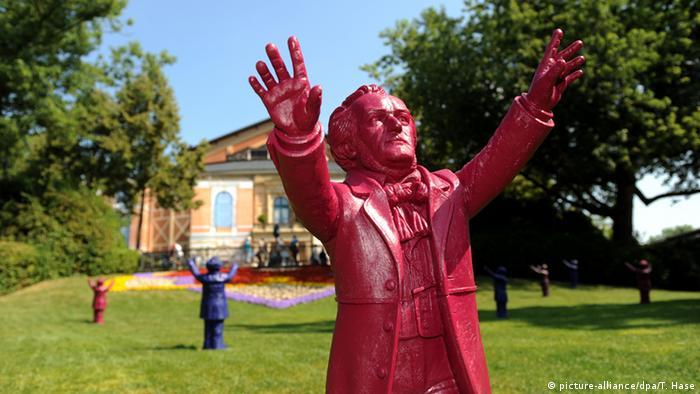 Фігурка Ріхарда Ваґнера перед концертною залою в Байройті