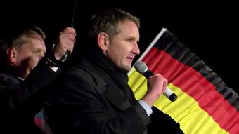 Лидер АдГ в Тюрингии Бьорн Хёке на фоне знамени Германии