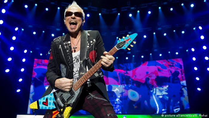 Guitarist from the Scorpions playing at a concert in Budapest, © picture-alliance/dpa/B. Mohai