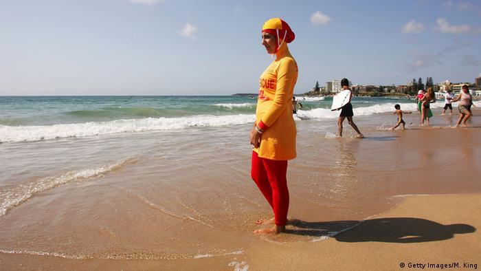 Australien Frau mit Burkini am Strand von Sydney