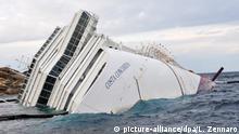 ARCHIV 2012*****A file picture dated 02 February 2012 shows the cruise ship Costa Concordia on its side off the Island of Giglio, Italy. EPA/LUCA ZENNARO (zu dpa ««Costa Concordia»-Unglückskapitän Schettino erneut vor Gericht) +++(c) dpa - Bildfunk+++ (c) picture-alliance/dpa/L. Zennaro