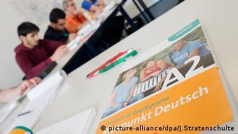 Deutschbuch liegt auf einem Tisch in einem Integrationskurs