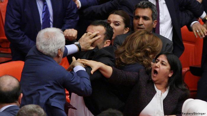 Türkei Schlägerei im türkischen Parlament