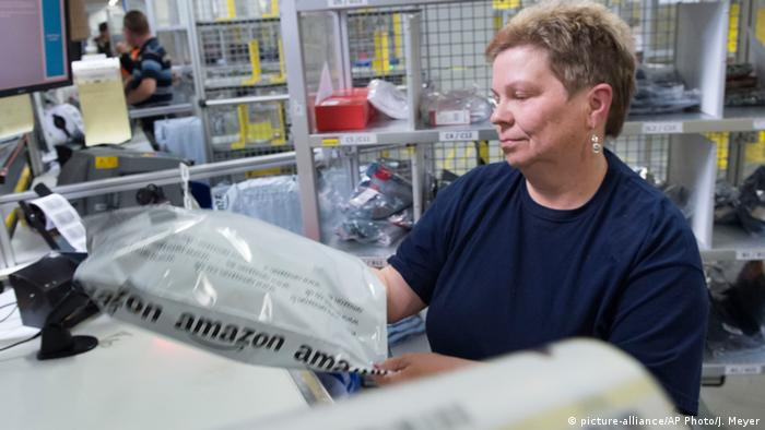 Amazon Mitarbeiterin Bad Hersfeld (picture-alliance/AP Photo/J. Meyer)