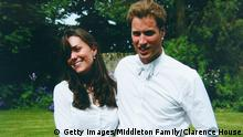 Bildergalerie William und Kate ST ANDEWS, SCOTLAND - JUNE 23: (NO SALES) In this Handout Image provided by Clarence House www.officialroyalwedding2011.org, Kate Middleton and Prince William on the day of their graduation ceremony at St Andrew's University in St Andrew's on June 23, 2005 in Scotland. (Photo by the Middleton Family/Clarence House via GettyImages) © Getty Images/Middleton Family/Clarence House