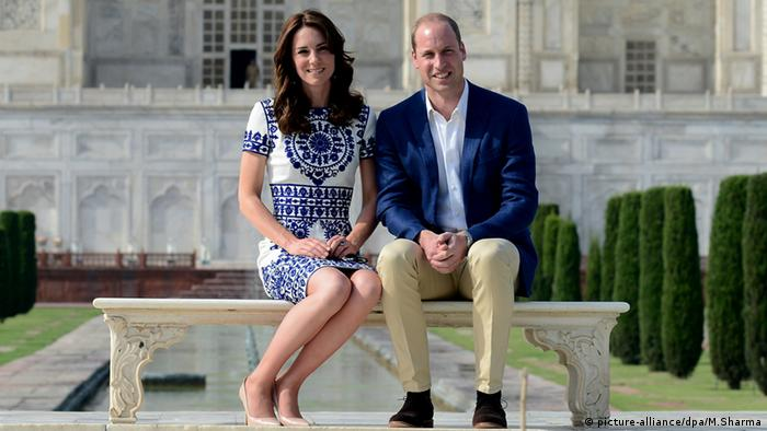 Prinz William and Kate Middleton in front of Taj Mahal
