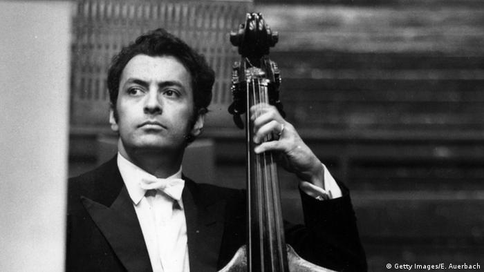 Mehta por volta de 1969, ao lado de seu instrumento, o contrabaixo
