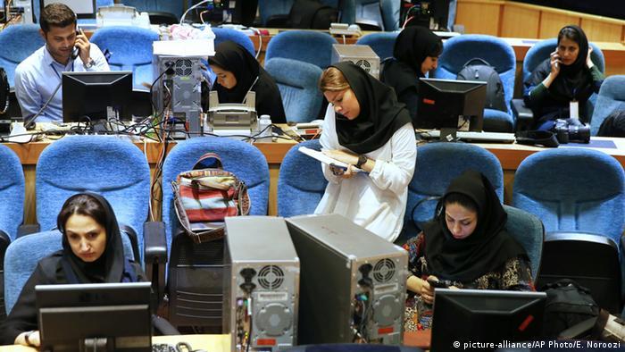 Unter Hassan Rohani gehört der Iran weiterhin zu den Ländern mit den meisten inhaftierten Journalisten weltweit. Auf dem Index der Pressefreiheit in der Welt von 2016 rangiert der Iran auf Platz 169 von 195 Ländern. Die willkürliche Verhaftung von Journalisten, angeordnet von der konservativ dominierten Justiz, geht auch unter der gemäßigten Regierung von Hassan Rohani weiter. Ed:Shabnam von Hein (ap/as)