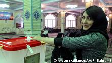 29.4.2016 *** TEHRAN, IRAN - APRIL 29: An Iranian woman casts her ballot during a second round of parliamentary elections at a polling station in Shahriar district of Tehran, Iran on April 29, 2016. Fatemeh Bahrami / Anadolu Agency Copyright: picture-alliance/AA/F. Bahrami