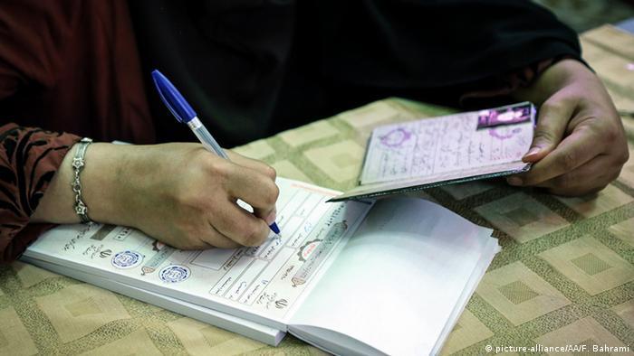 Iran Parlamentswahlen Wähler Ausweis (picture-alliance/AA/F. Bahrami)