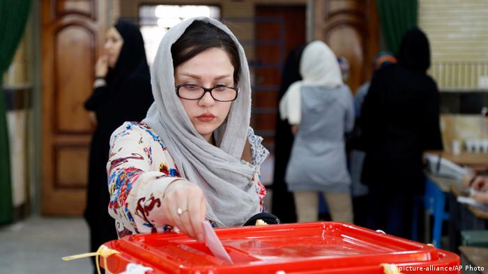 An Iranian woman casts her ballot for the parliamentary runoff elections in a polling station at the city of Qods about 12 miles (20 kilometers) west of the capital Tehran, Iran, Friday, April 29, 2016 (Photo: picture-alliance/AP)