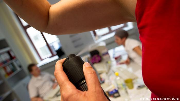 Deodorant gegen Schweißgeruch (picture-alliance/dpa/A. Burgi)