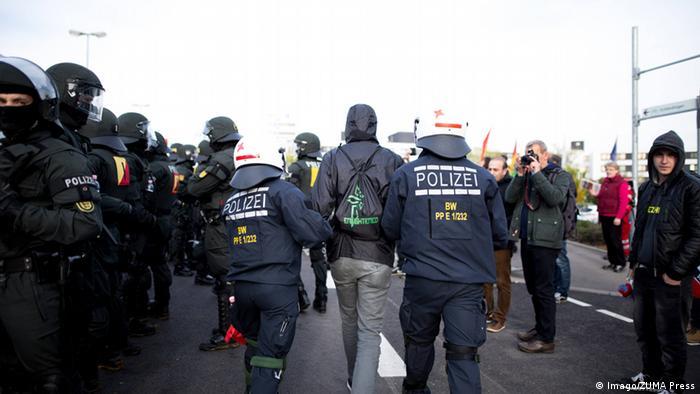 Polis çok sayıda göstericiyi gözaltına aldı