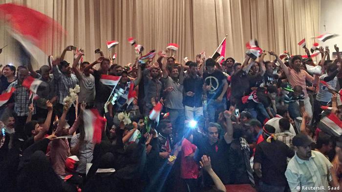 Irak Bagdad Anhänger von Moqtada al-Sadr stürmen Parlament