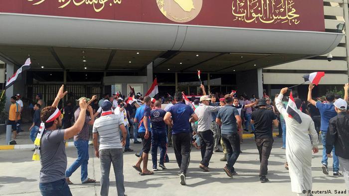 إخلاء مقر البرلمان العراقي من المتظاهرين ودعوات للتهدئة