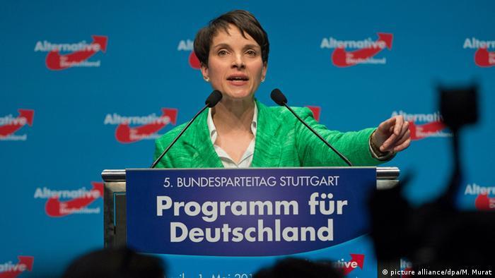 Сопредседатель АдГ Фрауке Петри представляет на съезде в Штутгарте Программу для Германии