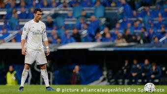 Real-Profi Cristiano Ronaldo konzentriert sich auf die Ausführung eines Freistoßes (Foto: picture alliance/augenklick/firo Sportphoto)