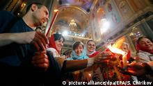 01.05.2016 epa05284948 Russian Orthodox church believers touch the Holy Fire brought from Jerusalem during the Orthodox Easter holiday service in Moscow's Christ the Savior Cathedral, Russia, early 01 May 2016. EPA/SERGEI CHIRIKOV +++(c) dpa - Bildfunk+++Copyright: picture-alliance/dpa/EPA/S. Chirikov