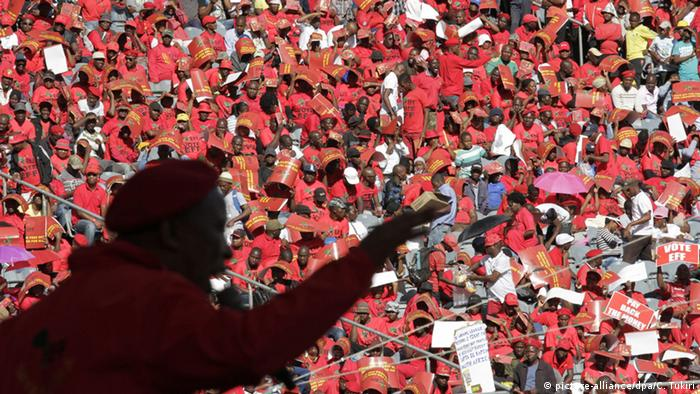 Malema addressing a crowd of supporters wearing red clothing (picture-alliance/dpa/C. Tukiri)