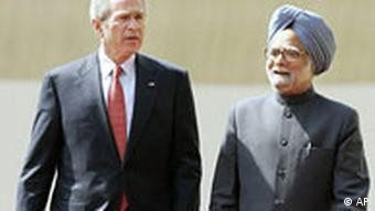 US President George W. Bush, left, walks with Indian PM Manmohan Singh