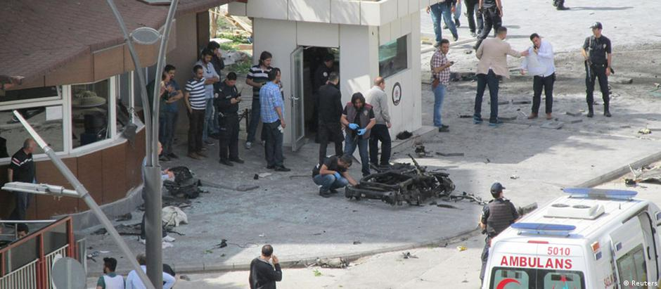 Diolência da explosão na sede da polícia de Gaziantep danificou edifícios vizinhos