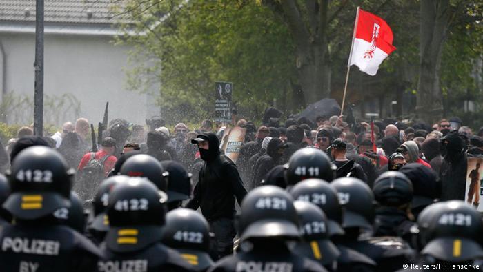 Polizisten stehen Rechtsextremisten bei einer Demonstration in Plauen gegenüber, 1.5.2016 (Foto: Reuters/H. Hanschke)